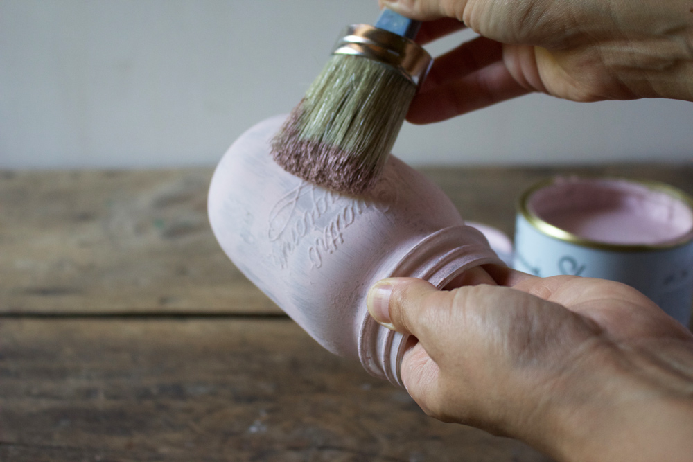 Tutorial barattoli di vetro decorati in stile Shabby Chic - stendere la seconda mano di Chalk Paint