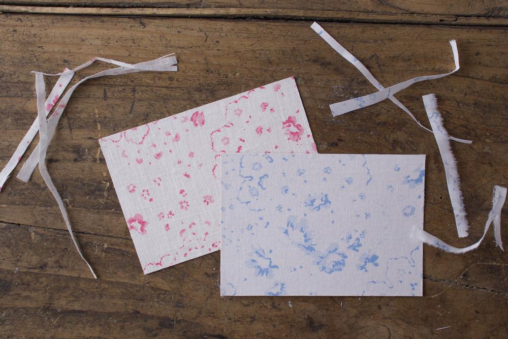 Cartoline fai da te - Cartoline rivestite in tessuto Cabbages&Roses - Tagliare tessuto extra - Lily&Sage Design