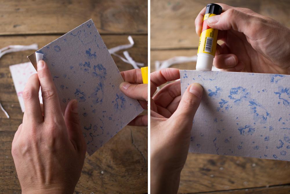 Cartoline fai da te - Cartoline rivestite in tessuto Cabbages&Roses - Ripassare angoli e bordi - Lily&Sage Design