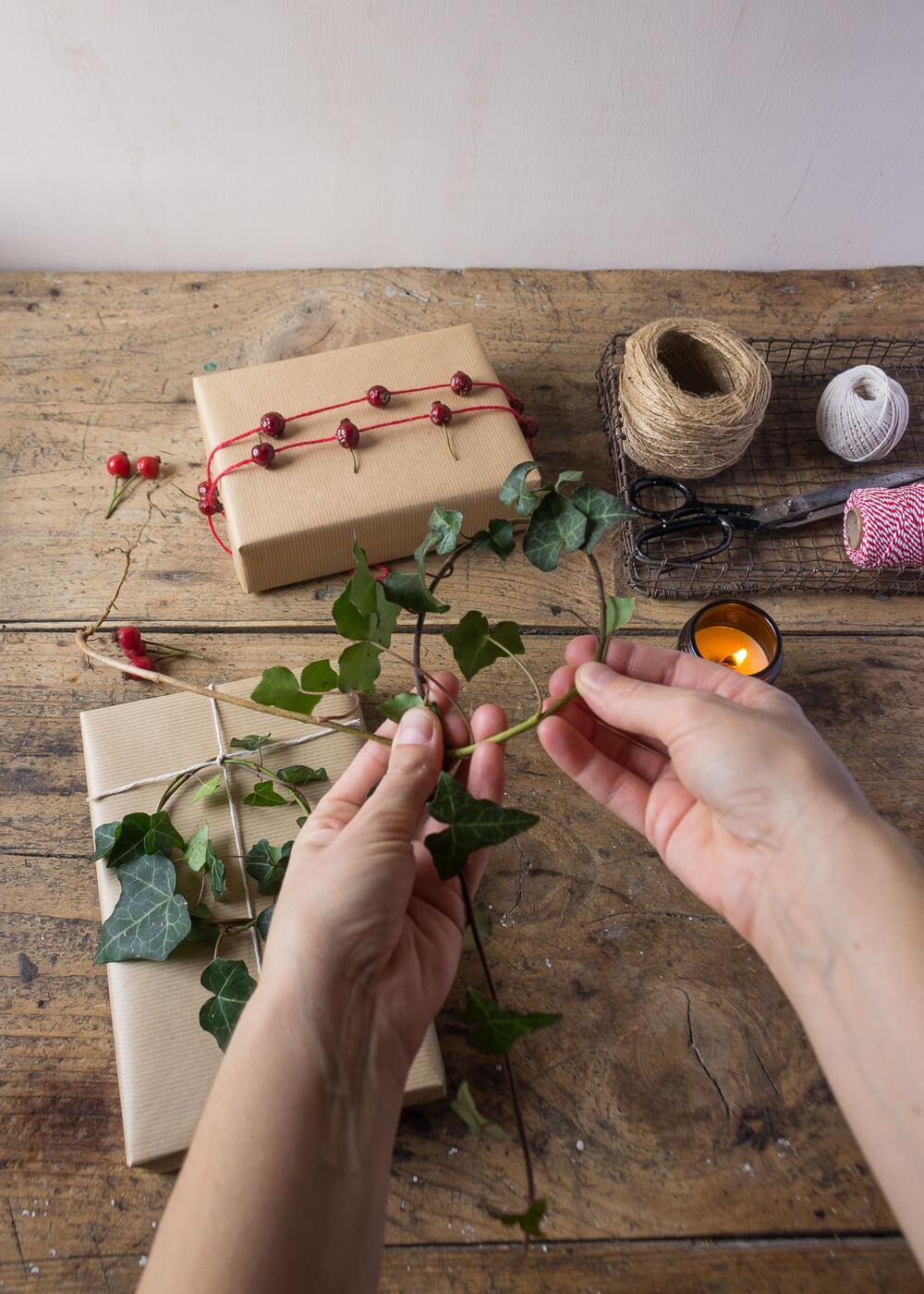 Impacchettare i regali di Natale con il linguaggio dei fiori - Ghirlande di Edera - Lily&Sage Design