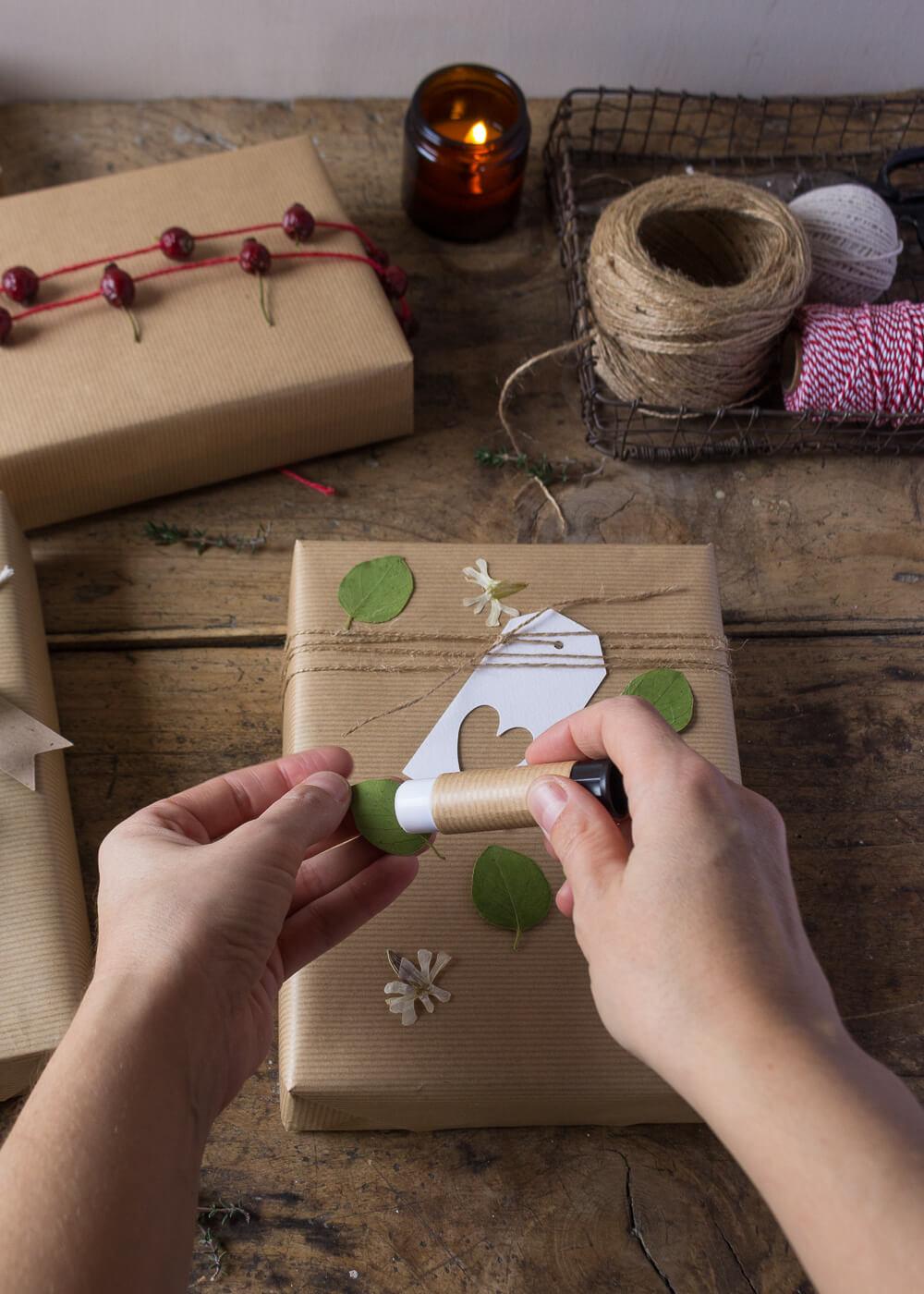 Impacchettare i regali di Natale con il linguaggio dei fiori - Fiori pressati - Lily&Sage Design